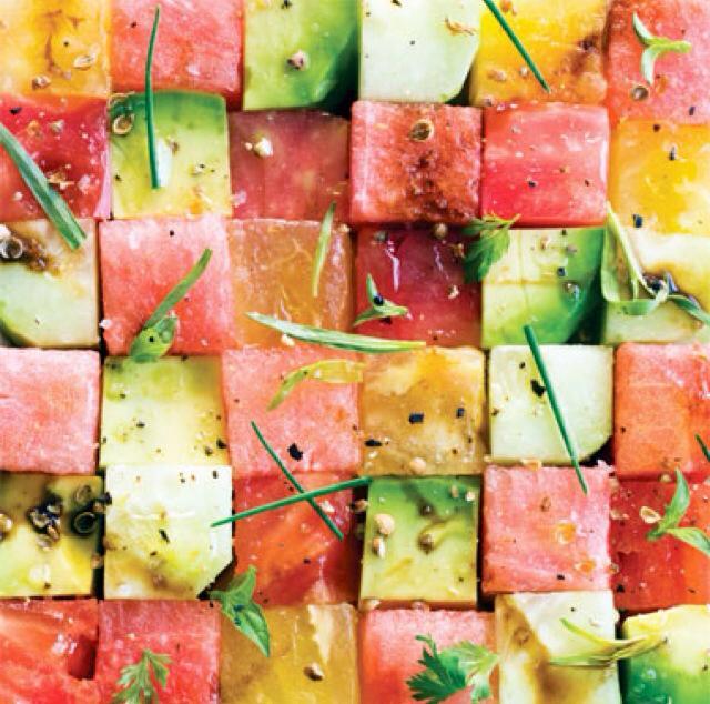 Ensalada de salmón/atún con pepino,  aguacate, tomate y sandía. Fresca y deliciosa