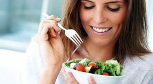 persona-comiendo-frutas-verduras